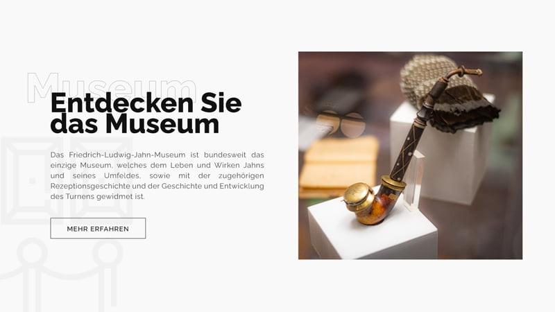 """Ausschnitt der Startseite """"Entdecken Sie das Museum"""" mit Bild von einer Pfeife Jahns aus dem Museum"""