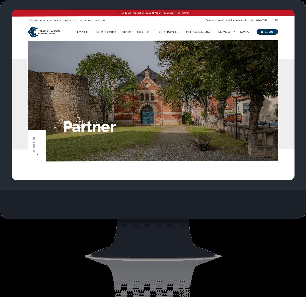Desktop Bild mit romantischem Jahn-Gebäude im Hintergrund einer Parkanlage